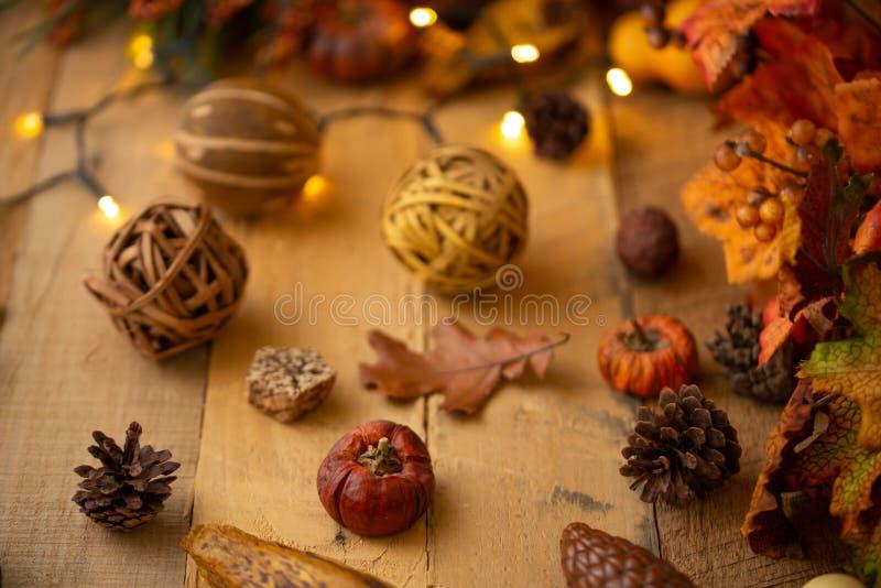 Composition en automne avec des feuilles et des éléments de décor sur une vieille table en bois avec des lumières lumineuses et u photo stock
