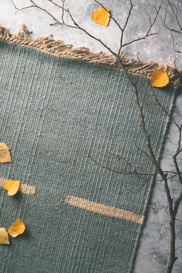 Composition en automne faite de feuilles et branches sèches photographie stock
