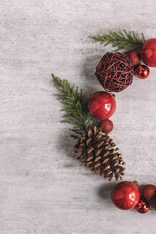 Composition en cadre de rond de Noël sur le fond en bois Configuration plate image stock