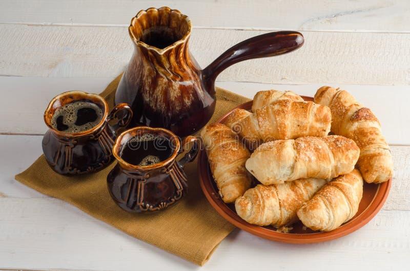 Composition en café avec des croissants, ensemble sur la table en bois photos stock