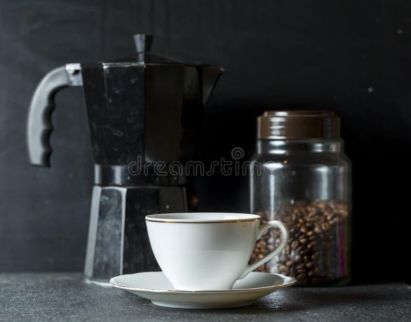 Composition en café avec des outils pour préparer l'expresso photographie stock libre de droits