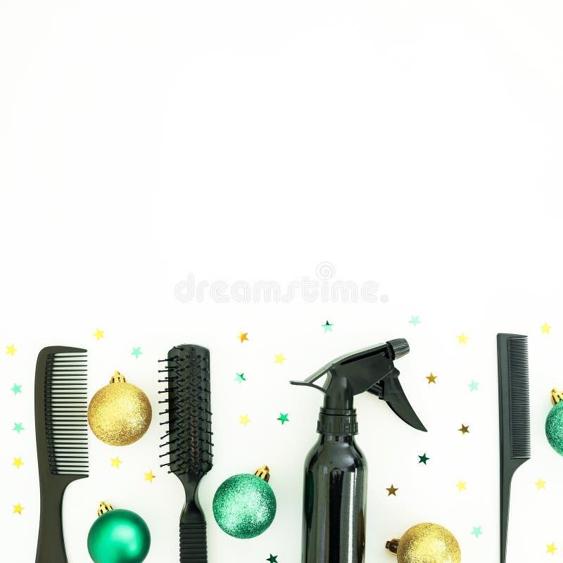 Composition en coiffeur de Noël avec le jet, les peignes et la décoration sur le fond blanc Configuration plate, vue supérieure photos libres de droits