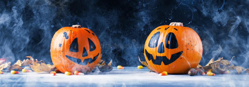 Composition en Halloween avec des lanternes de potirons, avec de la fumée et fal photo libre de droits