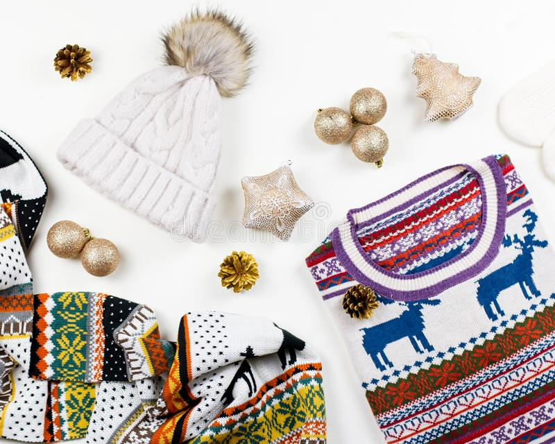 Composition en humeur de Noël avec le chandail, le chapeau, les présents et les lumières de Noël Configuration plate de concept d photographie stock libre de droits