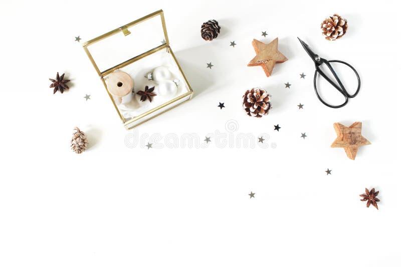 Composition en métier de Noël Rubans et boules en soie de Noël dans la boîte en verre d'or Ciseaux de cru, cônes de pin, argent photographie stock