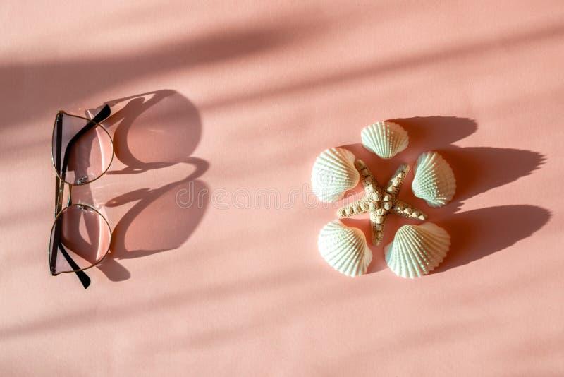 Composition en mode avec des accessoires de mer sur le fond rose avec l'ombre Configuration plate, blog français de mode de vie d images libres de droits