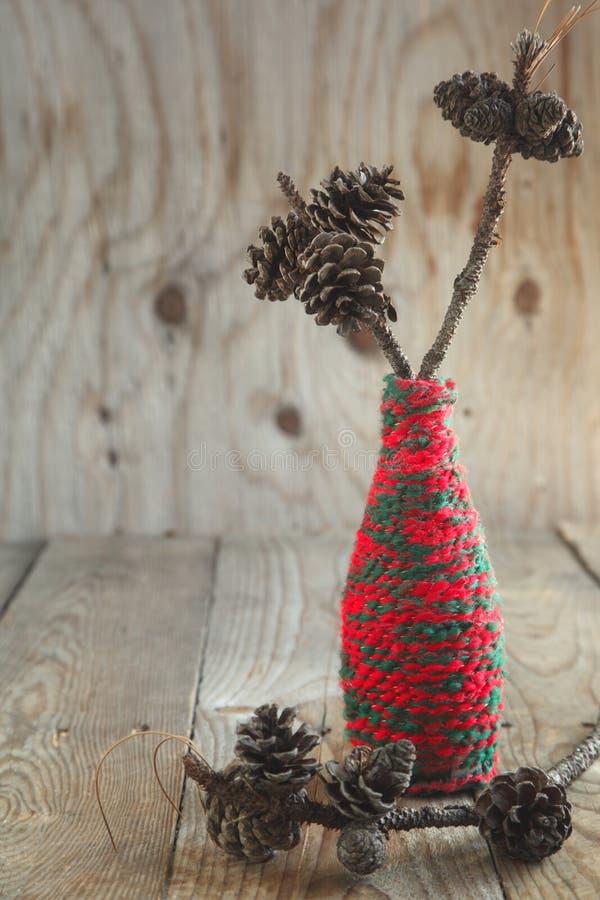 Composition en Noël avec des cônes de pin sur la branche photographie stock