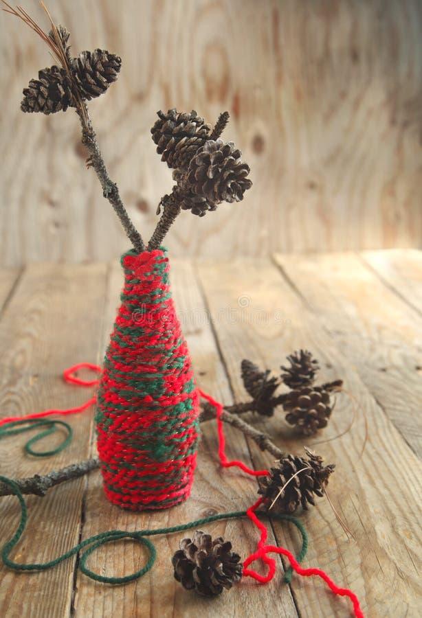 Composition en Noël avec des cônes de pin sur la branche image libre de droits