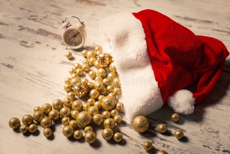 Composition en Noël avec le chapeau de Santa complètement du Ba de scintillement d'or photo stock