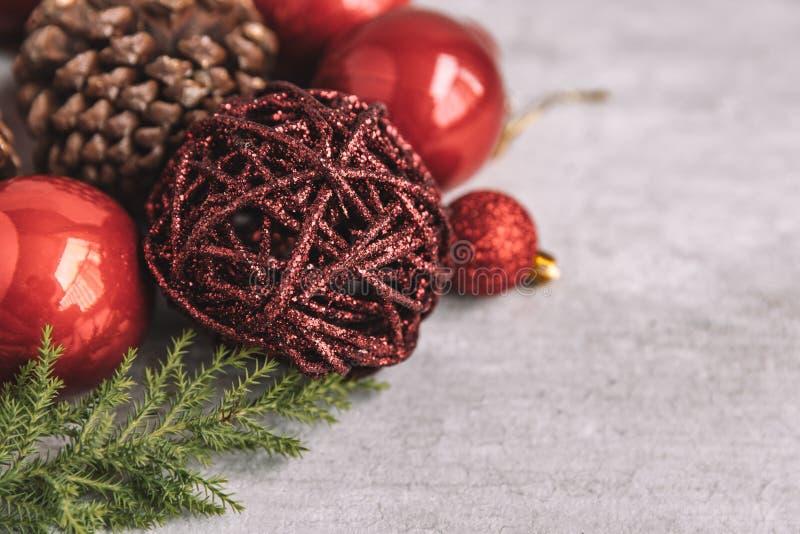 Composition en Noël avec les babioles et les cônes rouges de pin sur en bois photos stock