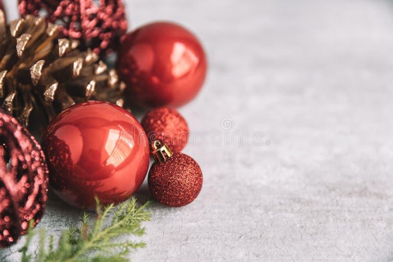 Composition en Noël avec les babioles et les cônes rouges de pin sur en bois photographie stock libre de droits