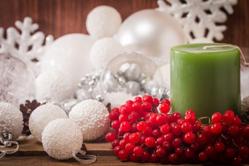 Composition en Noël avec les bougies et le viburnum photos stock