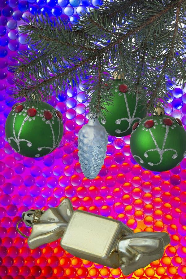 Composition en Noël avec les boules vertes d'arbre de Noël avec des perles et les bonbons sur un fond coloré photographie stock libre de droits