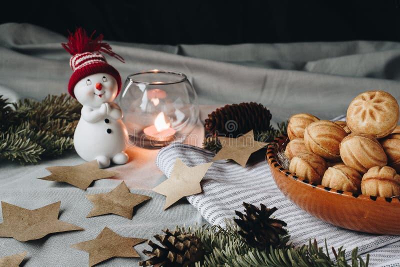 Composition en Noël avec un bonhomme de neige de jouet, étoiles de papier, cônes, a images stock