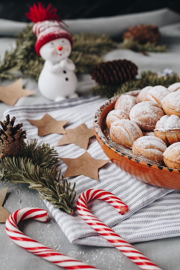 Composition en Noël avec un bonhomme de neige de jouet, étoiles de papier, cônes, ch photos libres de droits