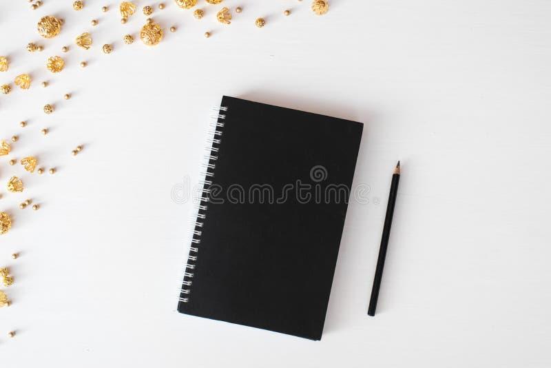 Composition en Noël d'insecte de carte postale de journal intime papier peint, décorations, ornements sur le fond blanc Configura image libre de droits
