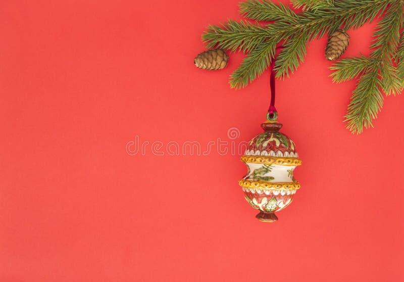 Composition en Noël sur le fond rouge Branches d'arbre vertes de sapin et décoration de Noël Vue supérieure, configuration plate  photographie stock