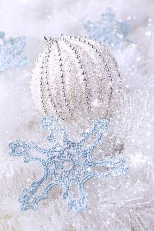 Composition en nouvelle année : flocons de neige de crochet et grand BAL de Noël photo stock