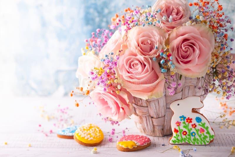 Composition en Pâques avec des fleurs et des biscuits photo libre de droits