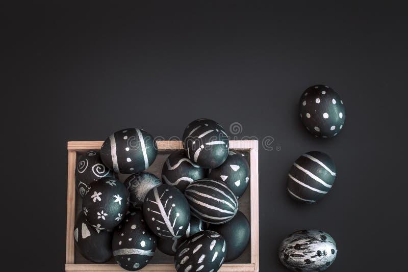Composition en Pâques avec des oeufs dans une boîte en bois photo libre de droits