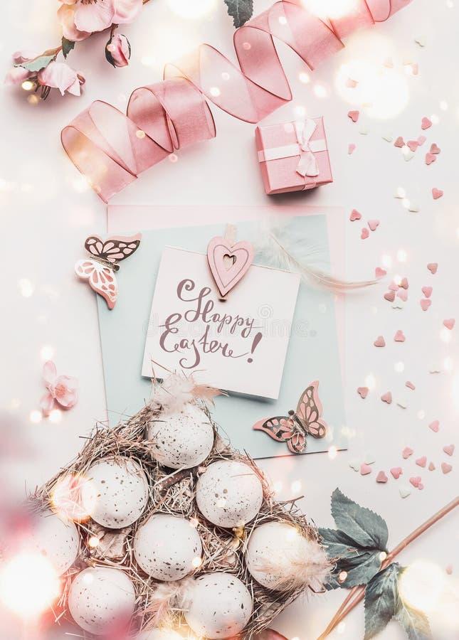 Composition en Pâques avec les accessoires heureux de décoration de carte de voeux de Pâques, d'oeuf-caisse et de travail manuel, photos stock