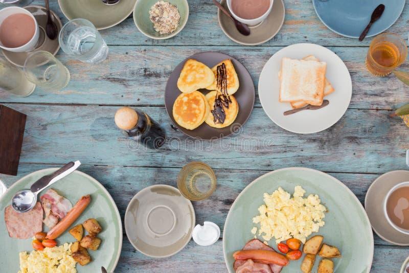 Composition en petit déjeuner pour la famille de pays pendant le matin photos stock