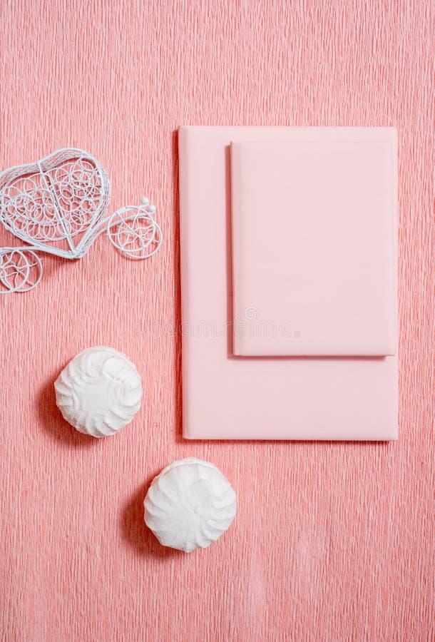Composition en Saint Valentin : boîte-cadeau blancs avec l'arc et les coeurs sentis rouges, calibre de photo, fond Vue supérieure image libre de droits
