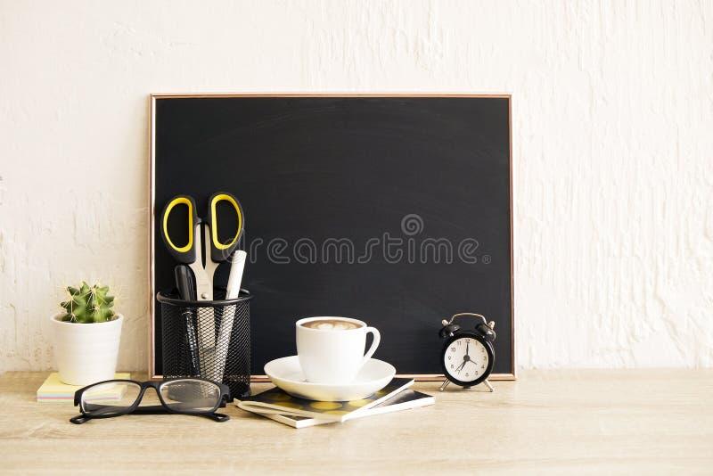 Composition en table du ` s de Bloogger avec des approvisionnements et des éléments de décor photos stock