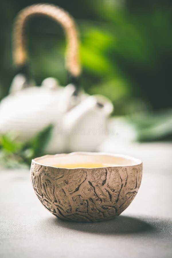 Composition en thé sur le fond tropical de feuilles images libres de droits