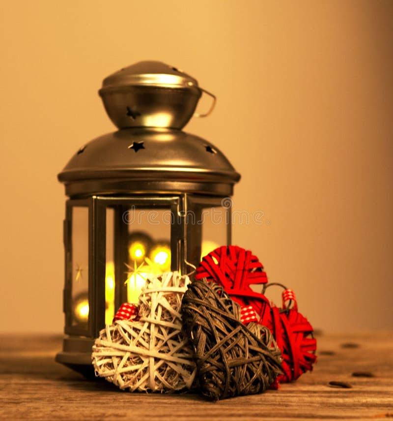 Composition en vacances d'hiver avec la lanterne décorative grise de bidon sur le fond en bois images stock