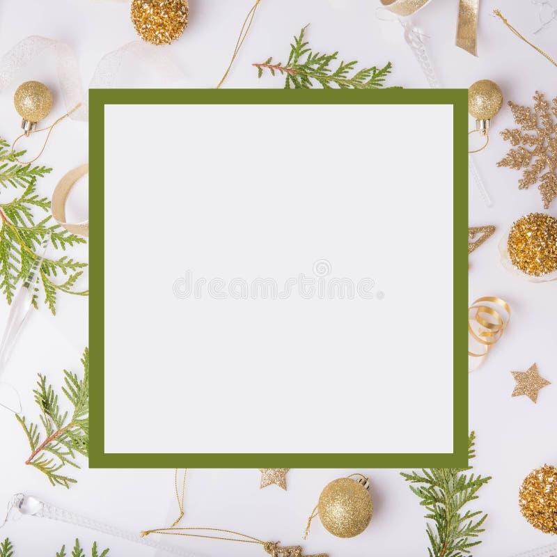 Composition en vacances de Noël Modèle d'or créatif de fête, boule de vacances de décor d'or de Noël avec le ruban, flocons de ne photos stock