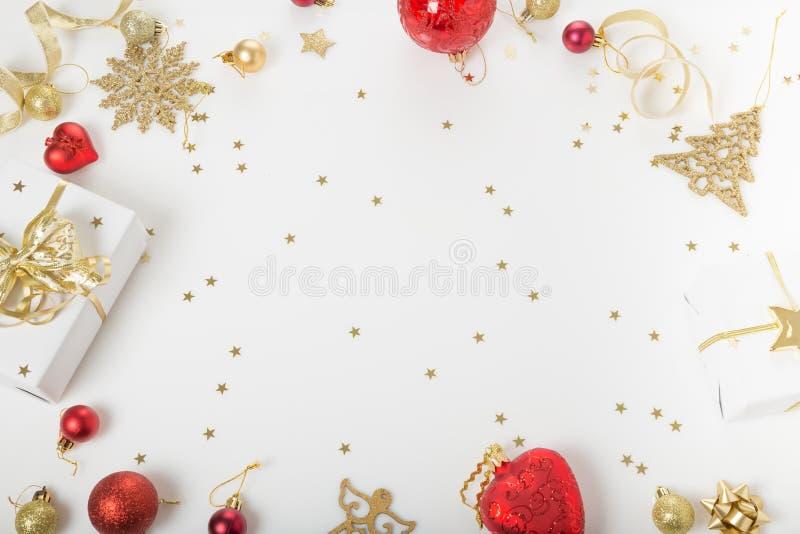 Composition en vacances de Noël Modèle d'or créatif de fête, boule de vacances de décor d'or de Noël avec le ruban, flocons de ne image stock