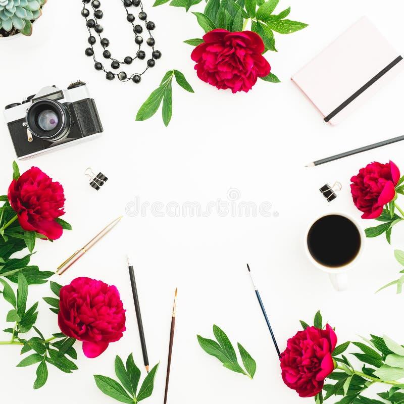 Composition en vue Bureau d'espace de travail de Blogger ou d'indépendant avec la rétro caméra, les pivoines et les accessoires s photographie stock libre de droits