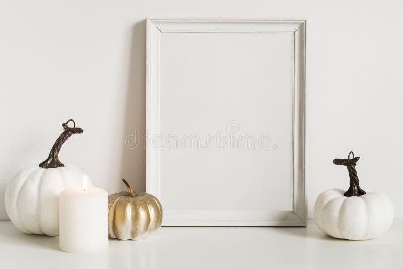 Composition en vue de face avec le cadre de photo et les potirons blancs L'espace de copie pour l'illustration D?cor d'automne da photographie stock libre de droits