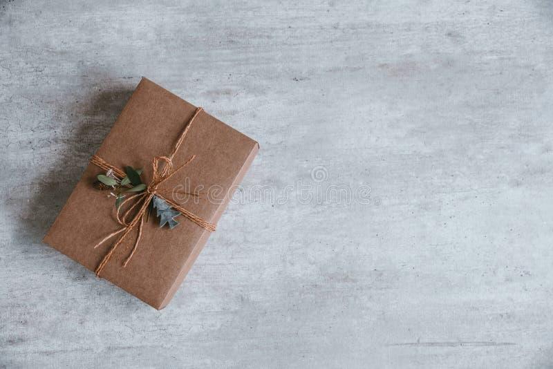 Composition faite main en cadeau de Noël sur le fond en bois principal vi image libre de droits