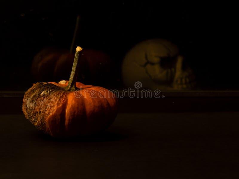 Composition fantasmagorique en Halloween avec le potiron et le crâne image libre de droits