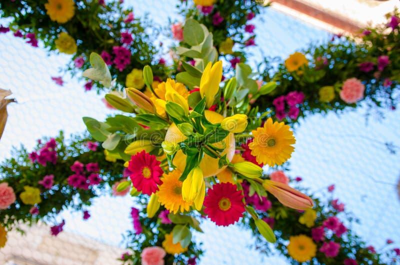 Composition florale avec le rose vert et pourpre colorés image stock