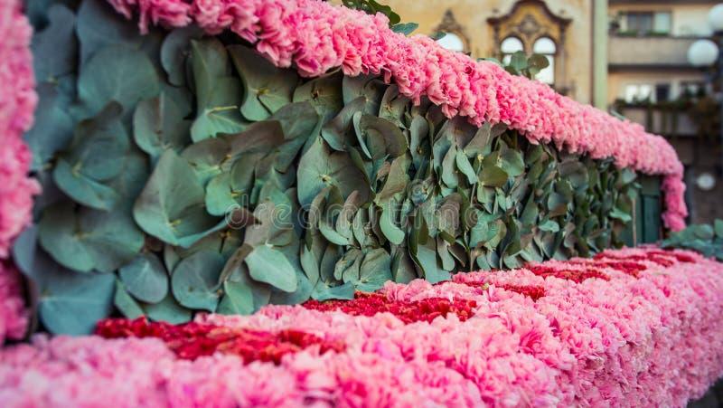 Composition florale avec le rose vert et pourpre colorés photographie stock libre de droits