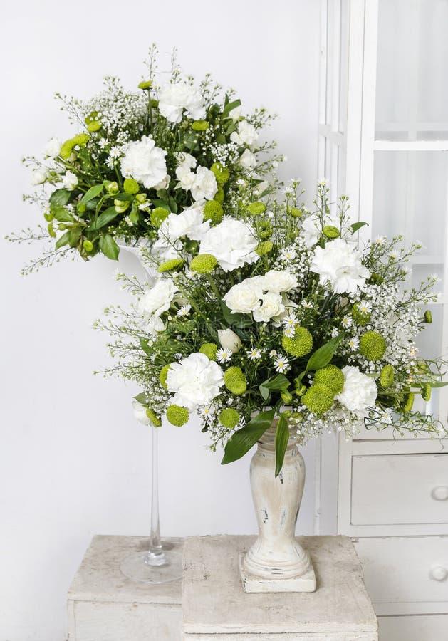 composition florale avec les oeillets blancs photo stock image du abondant nuptiale 55402704. Black Bedroom Furniture Sets. Home Design Ideas