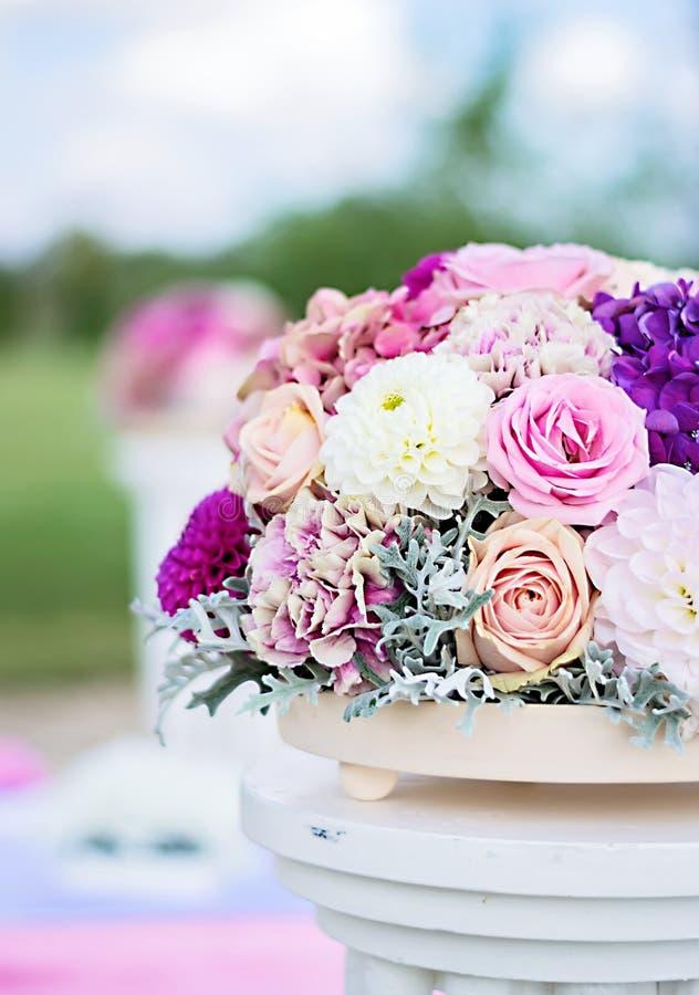composition florale avec les roses le dahlia les clous de girofle et l 39 hortensia image stock. Black Bedroom Furniture Sets. Home Design Ideas