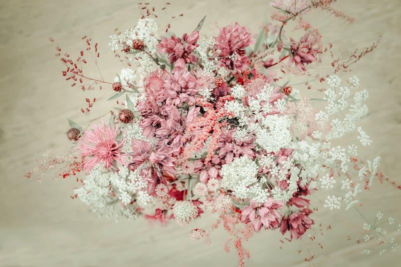 Composition florale dans le style chic minable rural de cru image libre de droits
