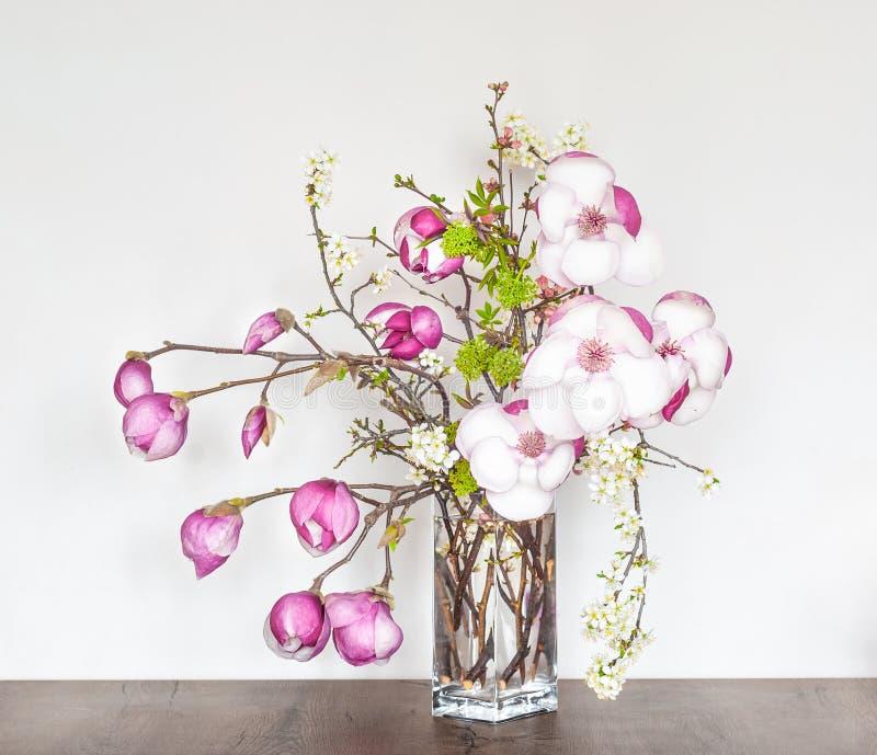 Composition florale en beau ressort avec la magnolia rose image stock