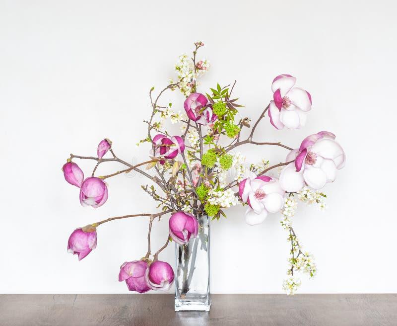 Composition florale en beau ressort avec la magnolia rose photos stock