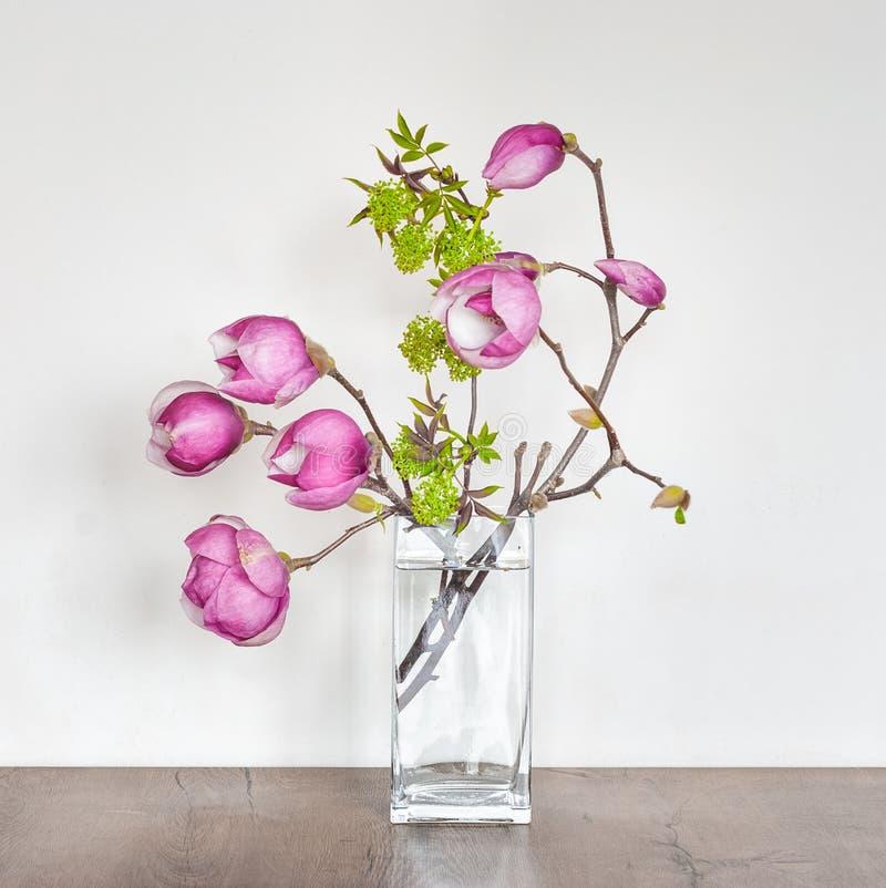 Composition florale en beau ressort avec la magnolia rose images stock