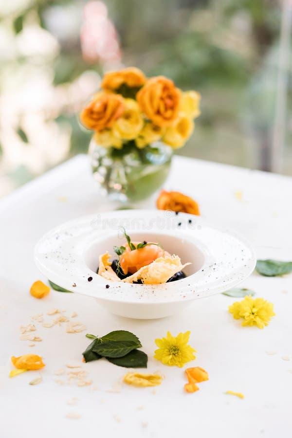 Composition florale en décoration de petit déjeuner de matin photo libre de droits
