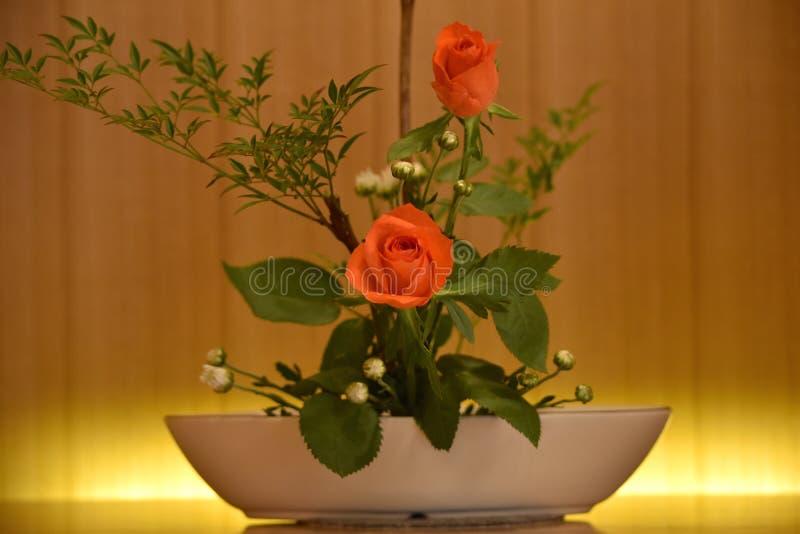 Composition florale en Ikebana Le rouge a monté photographie stock