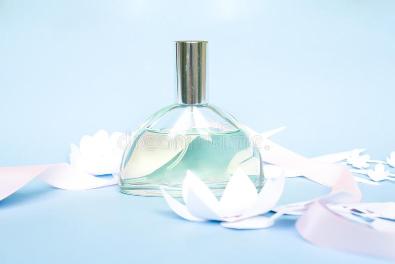 composition florale Fleurs, parfum, parfum avec la fleur de papier image libre de droits