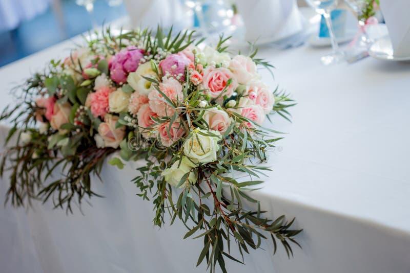 Composition Florale Sur La Table Fleurs Et Nappe Blanche Mariage Roses Pivoines Photo Stock