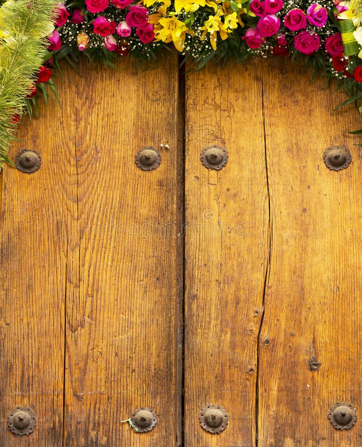 Composition florale sur le fond de bois de construction images libres de droits