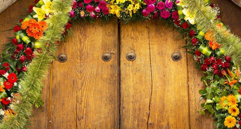 Composition florale sur le fond de bois de construction photo libre de droits